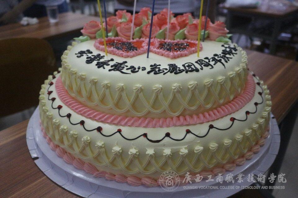 图为周年庆蛋糕